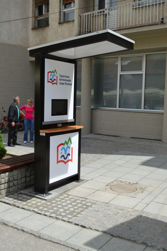 Pametni PetroSOLAR reklamni totem sa Interaktivnim monitorom u Loznici